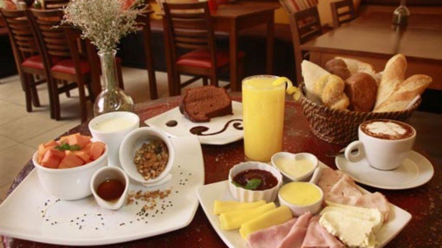 Café da manhã tranquilo com as crianças por perto