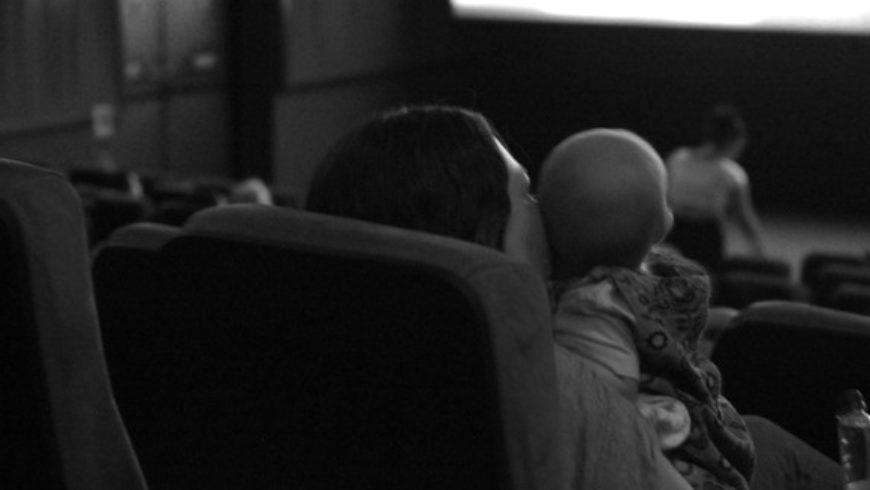 Quem disse que não dá para ir ao cinema com o bebê?