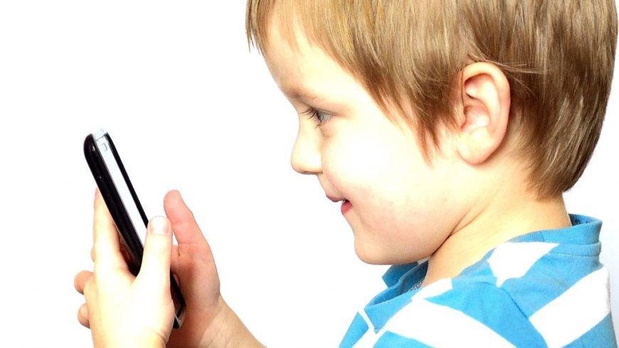Conversas divertidas entre pais e filhos ao telefone