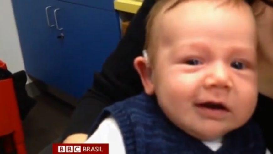 Bebê que nasceu surdo ouve pela 1ª vez